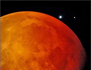 Zubenelgenubi right next to the eclipsed moon on May 4, 2004. Photo: NASA