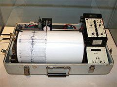"Seismograph. Photo: <a href=""http://en.wikipedia.org/wiki/User:Yamaguchi%E5%85%88%E7%94%9F"">Yamaguchi</a>, CC <a href=""http://en.wikipedia.org/wiki/en:GNU_Free_Documentation_License"">some rights reserved</a>"